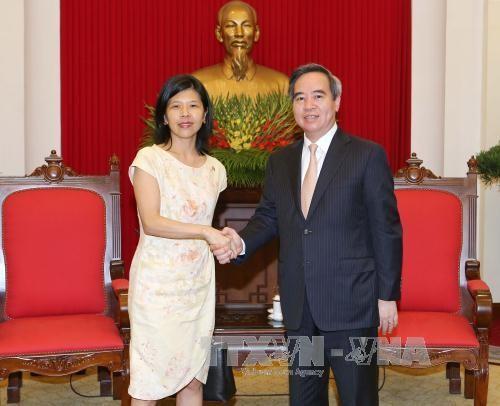 ប្រធានគណៈកម្មាធិការសេដ្ឋកិច្ចមជ្ឈឹមលោក Nguyen Van Binh ជួបសន្ទនាជាមួយឯកអគ្គរដ្ឋទូតកាណាដានិងបារាំង  - ảnh 1