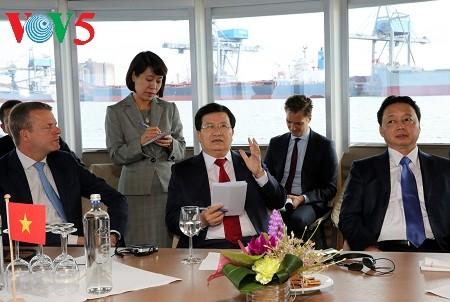 Vietnam dan Belanda memperkuat kerjasama di bidang penelitian tentang air dan pembangunan serta pengelolaan pelabuhan laut - ảnh 1