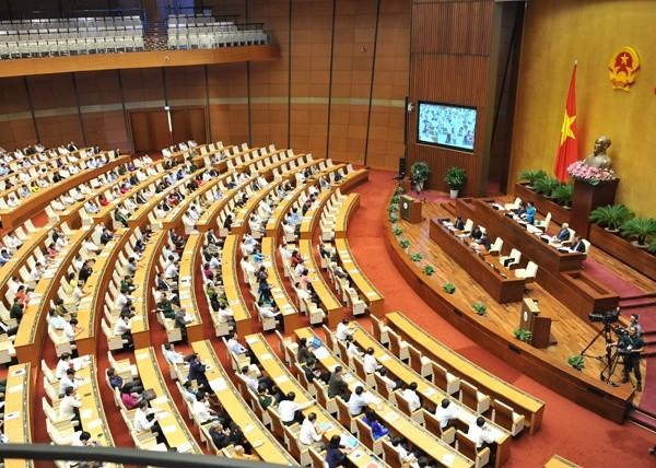 Para anggota MN Vietnam mendengarkan pemaparan RUU mengenai perlindungan dan pengembangan hutan (amandemen) - ảnh 1