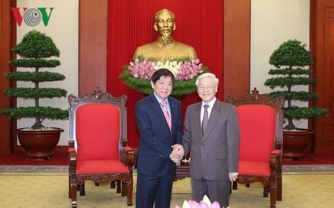 Sekjen KS PKV Nguyen Phu Trong menerima Ketua Partai Aksi Rakyat Singapura yang berkuasa - ảnh 1