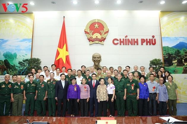 Deputi PM Vietnam, Vu Duc Dam bertemu delegasi peserta Provinsi Bac Kan - ảnh 1