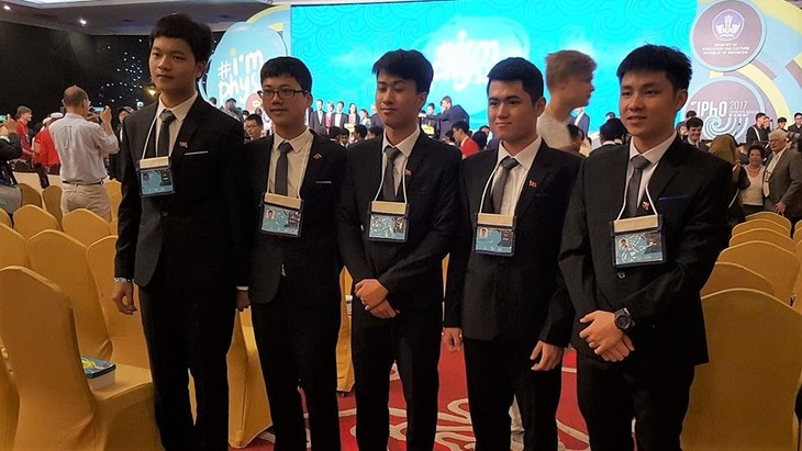 Vietnam menggondol 4 medali emas dan 1 medali perak dalam Olympiade Fisika Internassional 2017 - ảnh 1