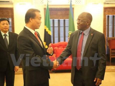 Presiden Tanzania berkomitmen akan menciptakan semua syarat yang kondusif kepada para investor Vietnam - ảnh 1