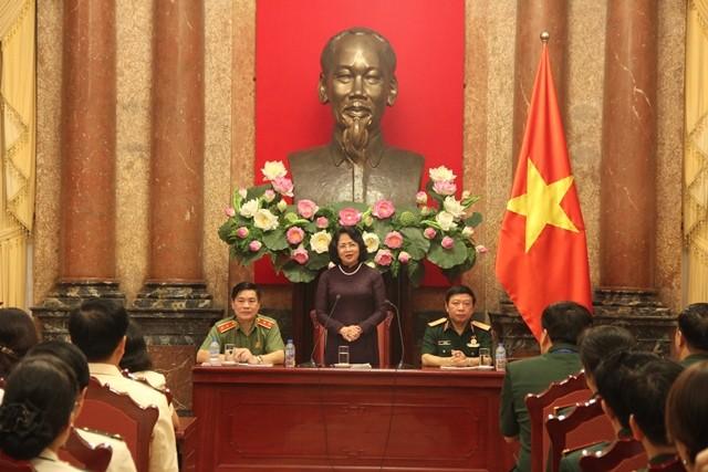 Wapres Vietnam Dang Thi Ngoc Thinh memerima delegasi anggota Serikat Buruh Tentara Rakyat dan Prajurit  Keamanan  Rakyat Vietnam yang tipikal - ảnh 1