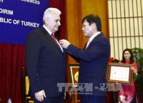 Memberikan medali peringatan demi usaha ilmu pengetahuan dan sosial kepada PM Turki - ảnh 1