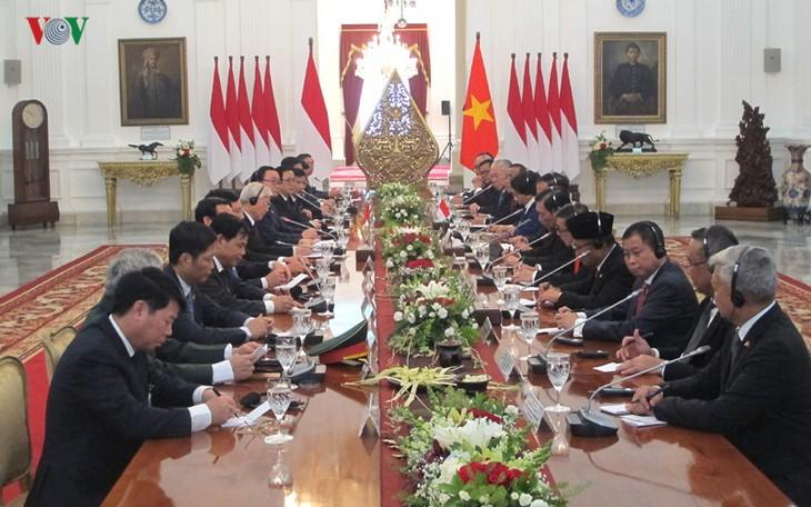 Sekjen KS PKV Nguyen Phu Trong mengakhiri dengan baik kunjungan resmi di Republik Indonesia dan kunjungan kenegaraan di Republik Federasi Myanmar - ảnh 1