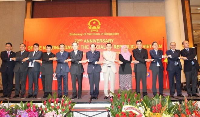 Vietnam dan Singapura berkomitmen bersama-sama membagun komunitas ASEAN - ảnh 1