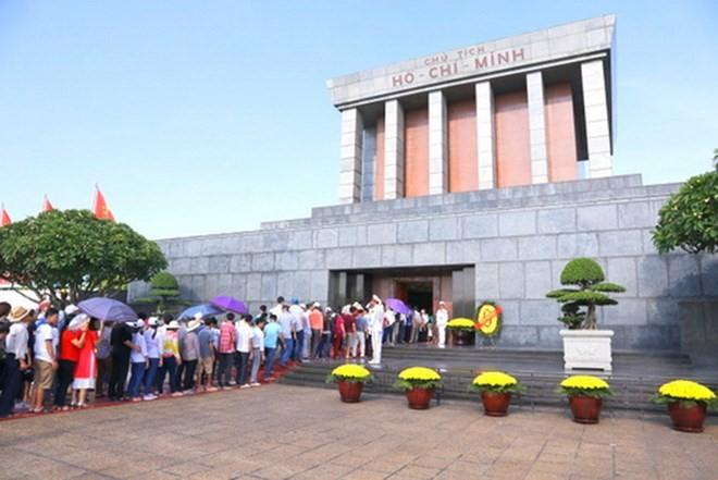 Kira-kira 15.000 orang masuk ke Mousolium untuk berziarah kepada Presiden Ho Chi Minh pada Hari Nasional Vietnam (2/9) - ảnh 1