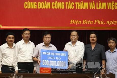 Ketua Pengurus Besar Front Tanah Air Vietnam, Tran Thanh Man mengunjungi warga yang terkenakan pengaruh karena hujan dan banjir di Provinsi Dien Bien - ảnh 1