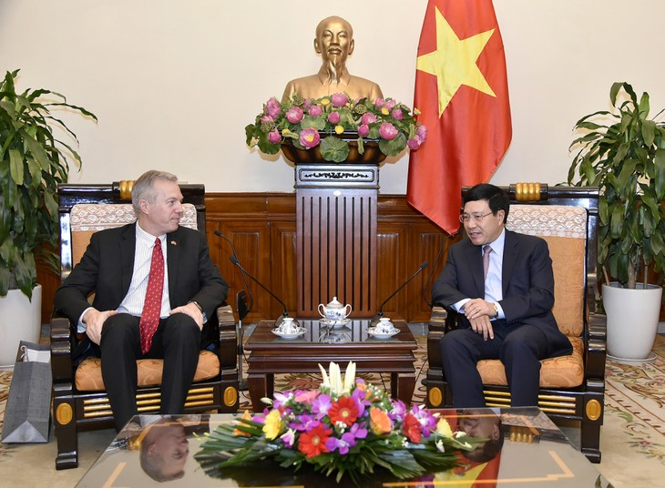 Deputi PM, Menlu Vietnam, Pham Binh Minh menerima Dubes AS untuk Vietnam, Ted Osius - ảnh 1