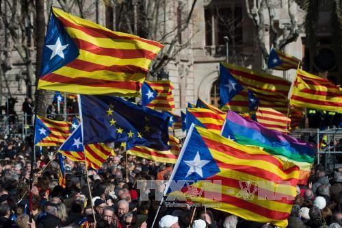 Mahkamah Konstitusi Spanyol membatalkan pernyataan kemerdekaan zona Katalonia - ảnh 1