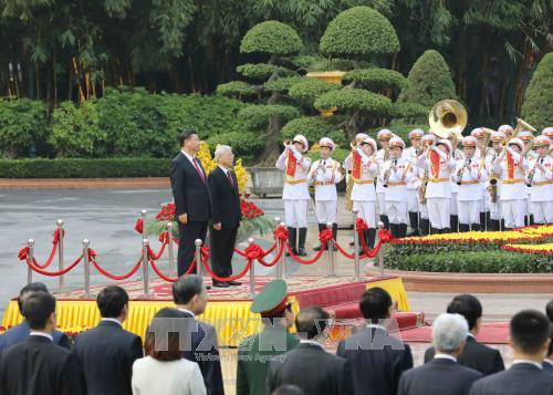 Sekjen KS PKV, Nguyen Phu Trong memimpin upacara penyambutan resmi dan melakukan pembicaraan dengan Sekjen, Presiden Tiongkok, Xi Jinping - ảnh 1
