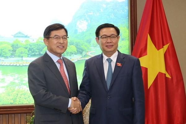Deputi PM Vietnam, Vuong Dinh Hue menerima Presiden Direktur Grup Samsung Vietnam - ảnh 1