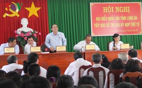 Para anggota MN Vietnam melakukan kontak dengan para pemilih di daerah-daerah - ảnh 1