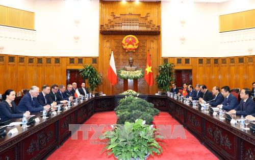 PM Vietnam, Nguyen Xuan Phuc melakukan pertemuan dengan Presiden Polandia - ảnh 1