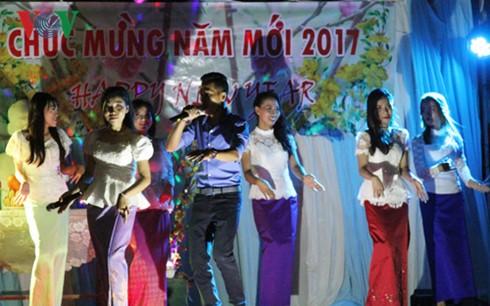 在柬越南留学生迎接新年和春节 - ảnh 1