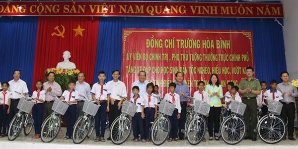越南政府副总理张和平向好学贫困生赠送自行车 - ảnh 1