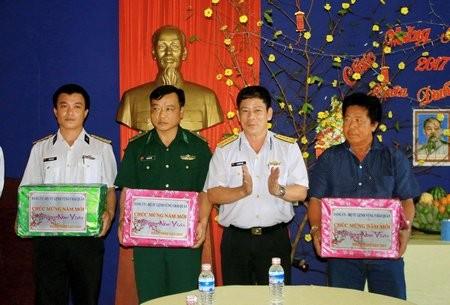 越南有关部门看望南游群岛军民并拜年 - ảnh 1