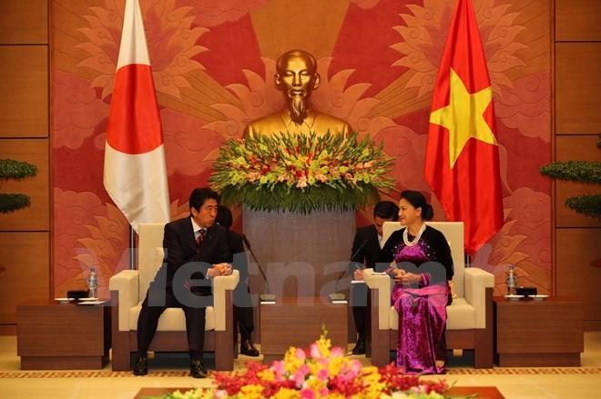 越南国会主席阮氏金银会见日本首相安倍晋三 - ảnh 1