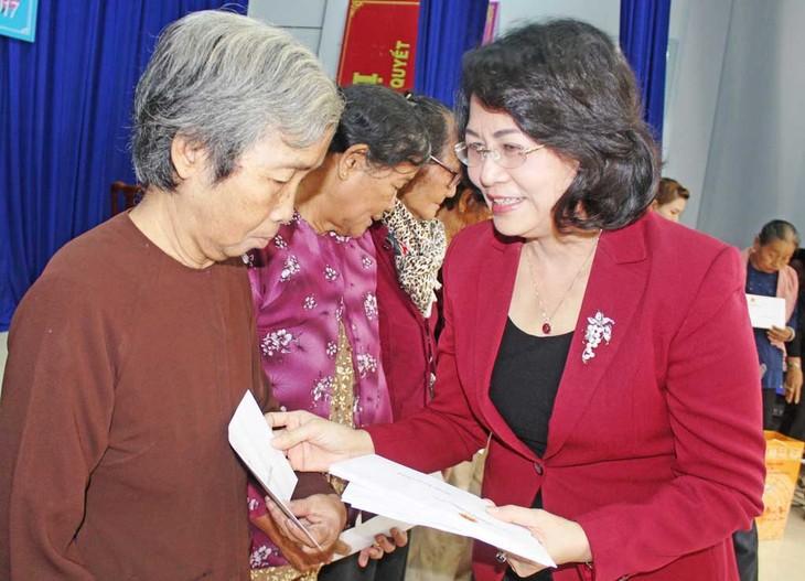 越南国家副主席邓氏玉盛向隆安省居民赠送春节礼物 - ảnh 1