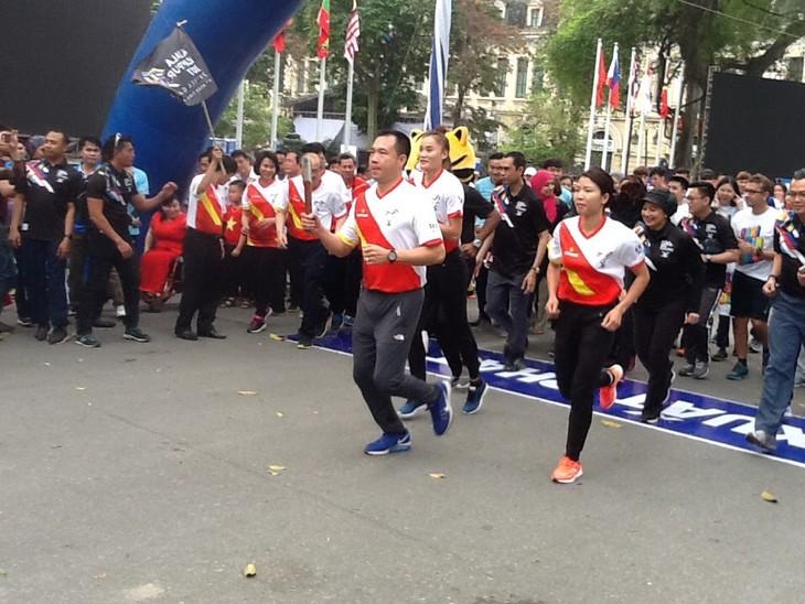 越南举办响应第29届东南亚运动会和第9届东南亚残疾人运动会的接力跑活动 - ảnh 1