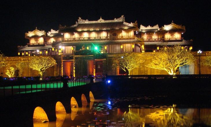 """顺化古都遗迹保护中心开始接待参加""""夜游顺化大内""""活动的游客 - ảnh 1"""