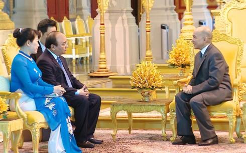 越南政府总理阮春福拜见柬埔寨国王西哈莫尼 - ảnh 1