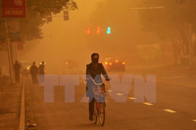 中国北部地区城市遭沙尘笼罩 - ảnh 1