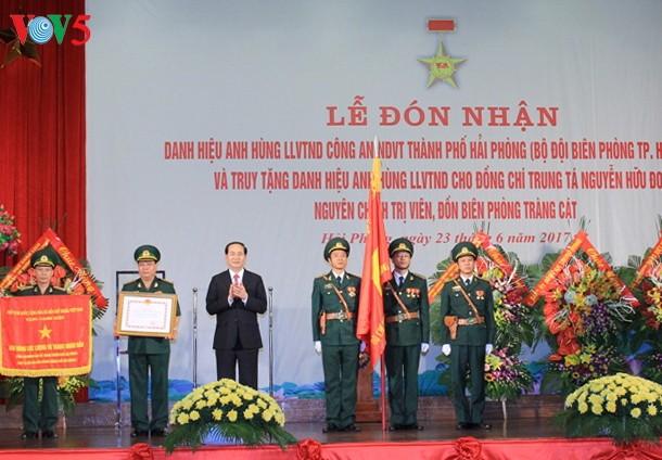 陈大光出席海防市边防部队人民武装力量英雄单位称号颁授仪式 - ảnh 1