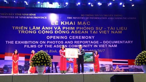 越南东盟共同体摄影和纪录片展举行 - ảnh 1