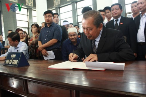 越南党政领导人吊唁黄氏明胡 - ảnh 1