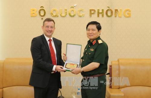 Le général Ngo Xuan Lich reçoit l'ambassadeur de France au Vietnam - ảnh 1