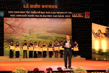 Estado vietnamita encomia alumnos étnicos sobresalientes - ảnh 1