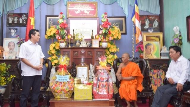 越南西南部指导委员会向高棉族同胞致以传统新年祝贺 - ảnh 1