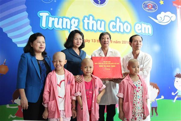 越南国家副主席邓氏玉盛向癌症病童赠送中秋礼物 - ảnh 1