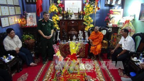 越南西南部指导委员会看望茶荣省高棉族僧众并祝贺报孝节 - ảnh 1