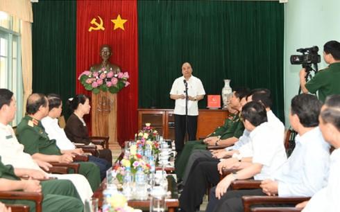 阮春福与胡志明主席陵管理委员会座谈并在K9遗迹区上香缅怀胡主席 - ảnh 1