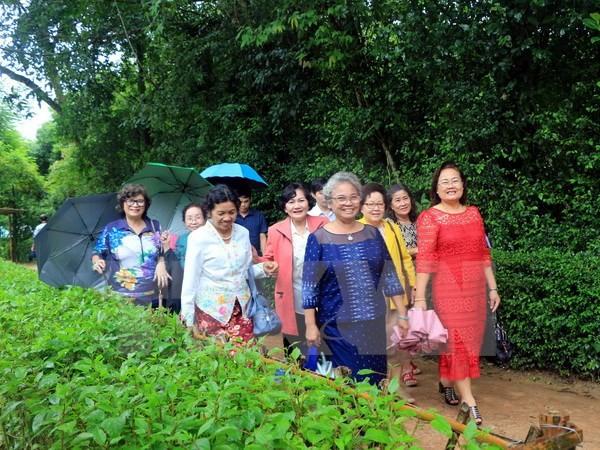 越南国会副主席汪朱刘会见旅居泰国越南老教师代表 - ảnh 1