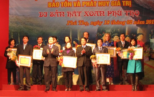 Auszeichnung für Menschen und Organisationen zur Bewahrung des Xoan-Gesangs - ảnh 1