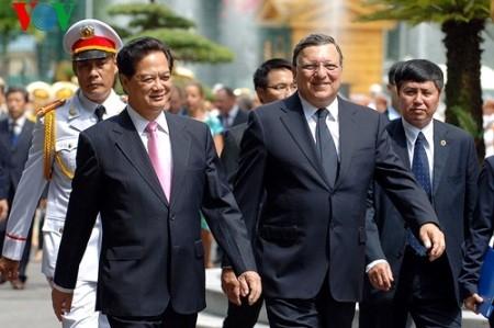 Premierminister Nguyen Tan Dung beginnt Dienstreise in Europa - ảnh 1