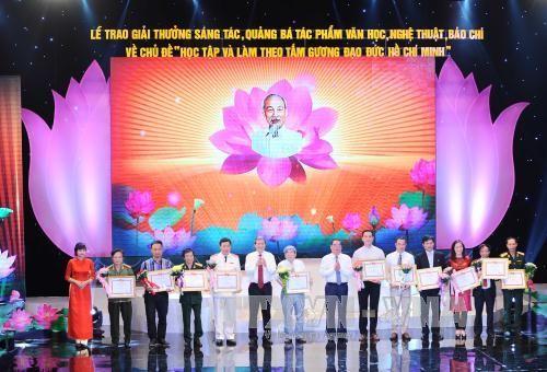 """Auszeichnung der Literatur- und Kunstwerke über """"Lernen und arbeiten nach dem Vorbild Ho Chi Minh"""