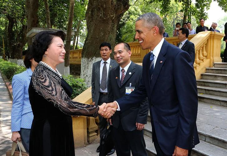 US-Präsident Barack Obama besucht Stelzenhaus von Präsident Ho Chi Minh - ảnh 1