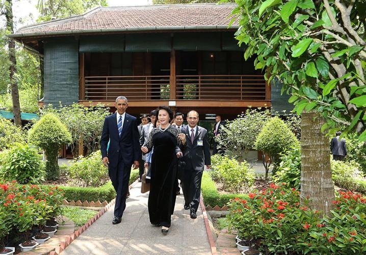 US-Präsident Barack Obama besucht Stelzenhaus von Präsident Ho Chi Minh - ảnh 10