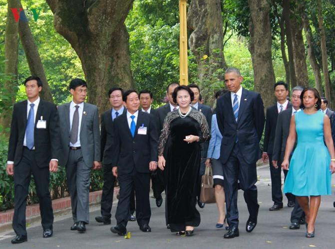 US-Präsident Barack Obama besucht Stelzenhaus von Präsident Ho Chi Minh - ảnh 4