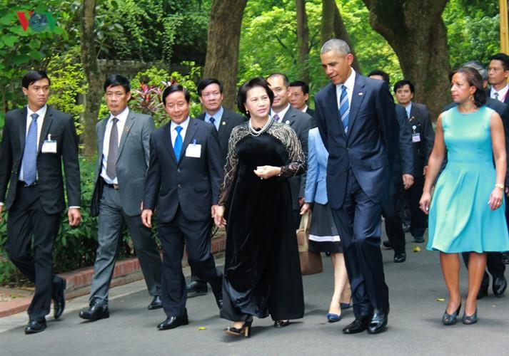US-Präsident Barack Obama besucht Stelzenhaus von Präsident Ho Chi Minh - ảnh 6