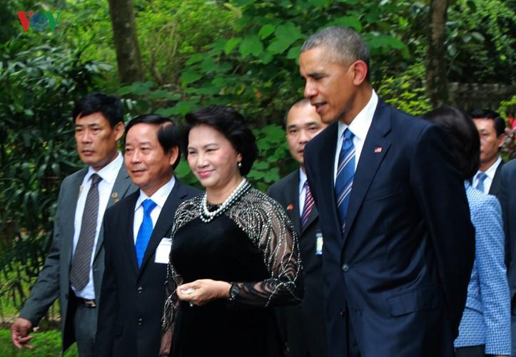 US-Präsident Barack Obama besucht Stelzenhaus von Präsident Ho Chi Minh - ảnh 7