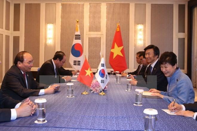 Premierminister Nguyen Xuan Phuc führt bilaterale Treffen am Rande des ASEM-Gipfels - ảnh 2