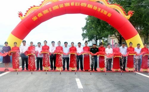 Vize-Premierminister Vuong Dinh Hue nimmt an Einweihung vieler Einrichtungen in Nghe An teil - ảnh 1