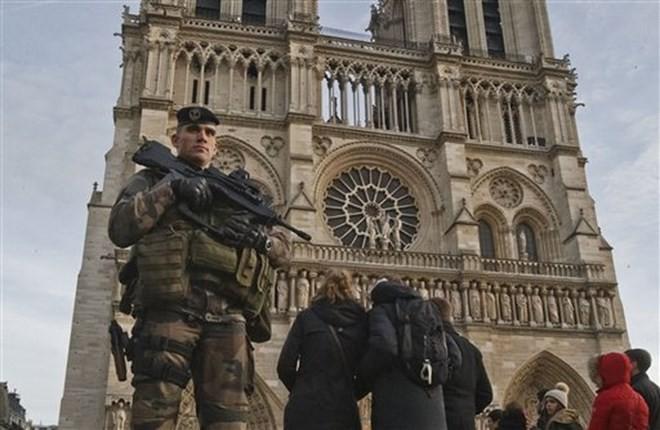 Frankreich wirft Frau vor, einen Terroranschlag nahe der Kathedrale Notre Dame geplant zu haben - ảnh 1