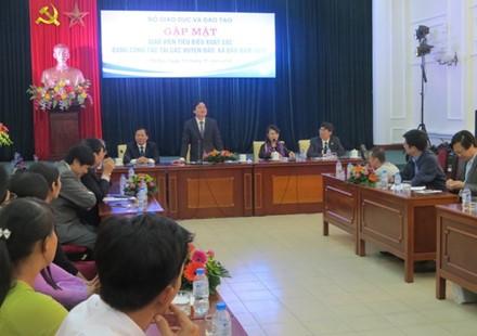 Leiter des Bildungsministeriums treffen hervorragende Lehrer der Inselkreise - ảnh 1